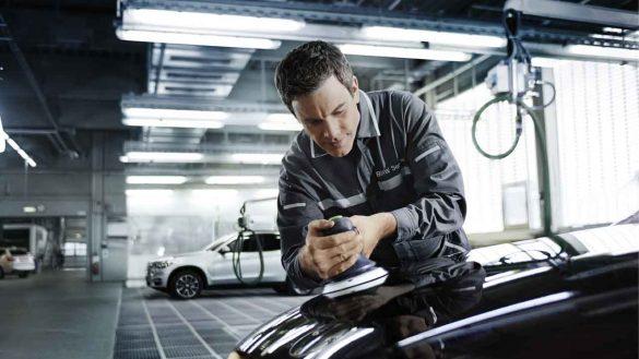 Service-Techniker beim Polieren der Motorhaube